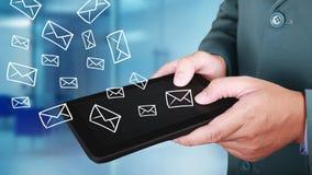 Таблетка бизнесмена щелкая для посылки электронных почт, концепции дела стоковое фото