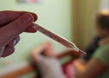 Таблетка Витамина C и стог пилюлек с термометром Стоковая Фотография RF