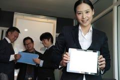Таблетка владением коммерсантки на рабочем месте выставки молодой женщины сообщают Стоковая Фотография RF