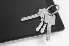 Таблетка и домашние ключи на белизне Покупка, надувательство стоковое фото rf