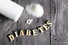 Таблетка и сахар подсластителя Письма диабета текста деревянные Стоковое Изображение