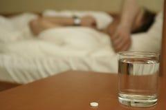 Таблетка и стекло с водой дальше стоковое фото rf