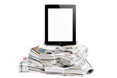 таблетка количества огромными окруженная газетами стоковая фотография rf