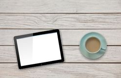 Таблетка компьютера с пустым экраном на таблице палубы чашкой кофе или чая Стоковые Фото