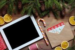 Таблетка на деревянном столе который рождество возражает Стоковые Изображения RF