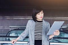 Таблетка привлекательной и уверенно пользы работницы цифровая внутрь Стоковое фото RF
