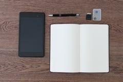 Таблетка, тетрадь, ручка и карточки SD Установка места для работы для j Стоковое Фото