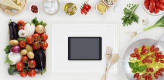 Таблетка цифров выше на белой разделочной доске с овощами, sau стоковая фотография