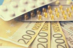 Таблетки и банкноты Концепция наводить медицинские лекарства стоковое фото