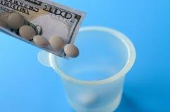 Таблетки и банкноты Концепция наводить медицинские лекарства стоковое изображение