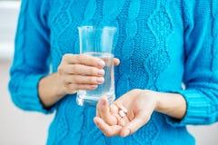 Таблетки и вода Болезнь, холода, лечение, падение и зима концепции Стоковые Фото