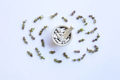 Таблетки капсул фитотерапии с цветком сладкого базилика стоковые фотографии rf
