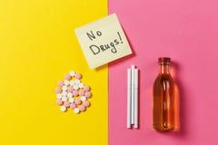 Таблетки лекарства на предпосылке цвета Концепция здоровья, обработки, выбора, здорового образа жизни Стоковое Фото