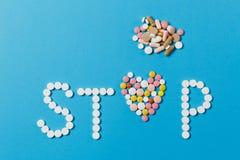 Таблетки лекарства на предпосылке цвета Концепция здоровья, обработки, выбора, здорового образа жизни стоковая фотография rf