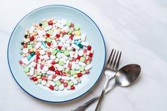 таблетки, лекарства, фармация, медицина или медицинское на плите стоковая фотография
