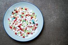 таблетки, лекарства, фармация, медицина или медицинское на плите стоковые изображения rf