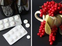 Таблетки медицины и естественные витамины дилемма Ягоды красного зрелого schisandra или целебных подготовок Стоковые Изображения RF