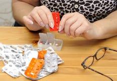 таблетки разъединения пенсионера s Стоковая Фотография
