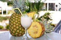 таблица ананаса pina colada половинная стоковые фотографии rf