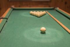 таблица биллиарда с шариками и ручкой сигнала играя в азартные игры таблица с русскими комплектом и сигналом биллиарда Стоковая Фотография