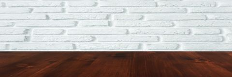 Таблица Брауна деревянная с белой предпосылкой текстуры кирпичной стены стоковые фото
