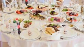 Таблица вполне еды Служят таблицы в ресторане акции видеоматериалы