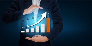 Таблица дела диаграммы бизнесмена руки сняла вверх по увеличению стоковое фото rf