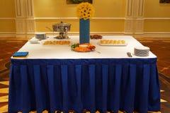 Таблица для праздничного шведского стола в украинском стиле стоковое фото rf
