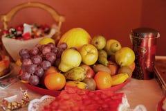 Таблица дня рождения с едой Плодоовощ и сладостная таблица Виноградины, киви, апельсин, плодоовощи банана Стоковое Изображение RF
