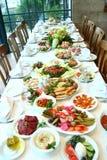 таблица еды полная Стоковые Фотографии RF