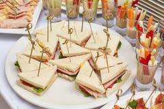 Таблица еды ресторанного обслуживании закусок, закусок и канапе Стоковые Фотографии RF