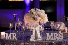 Таблица жениха и невеста на их приеме стоковая фотография rf