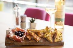 Таблица закусок с итальянскими закусками и вином antipasti в стекле стоковые изображения rf