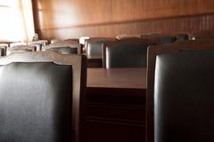 Таблица и стул в зале судебных заседаний стоковое изображение