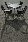 Таблица квадрата металла и 4 кресла стоковое изображение