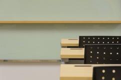Таблица комнаты тренировки и крупный план стула стоковые изображения rf