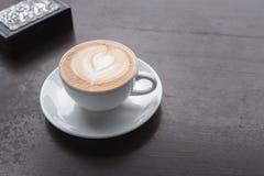 таблица кофейной чашки деревянная Стоковые Фото
