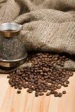таблица кофе cezve фасолей свеже зажаренная в духовке Стоковая Фотография