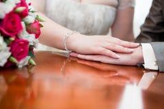 таблица лож рук groom невесты Стоковые Фото