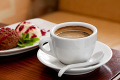 таблица льда чашки сливк кофе Стоковые Изображения