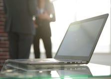 Таблица места для работы работает в офисе с компьютером Стоковые Фото