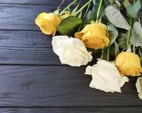 Таблица места предпосылки черноты желтых роз деревянная Стоковая Фотография
