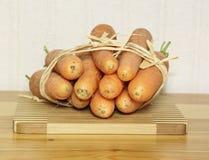 таблица морковей доски свежая деревянная Стоковая Фотография