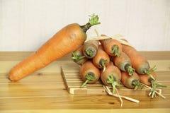 таблица морковей доски свежая деревянная Стоковая Фотография RF