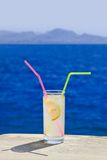таблица мрамора коктеила пляжа Стоковые Фотографии RF