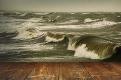 Таблица на бурной предпосылке моря Стоковые Изображения
