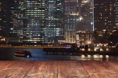 Таблица на предпосылке города ночи Стоковые Изображения RF