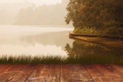 Таблица на предпосылке озера парка Стоковая Фотография RF