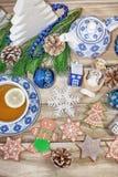 Таблица Нового Года с ветвями и украшениями ели на деревянной предпосылке Чай с печеньями, пряник рождества, небольшие звезды f стоковое фото rf