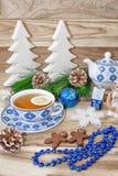 Таблица Нового Года с елевыми ветвями и украшениями Чай с печеньями, пряник рождества, небольшие звезды предпосылка праздничная стоковая фотография